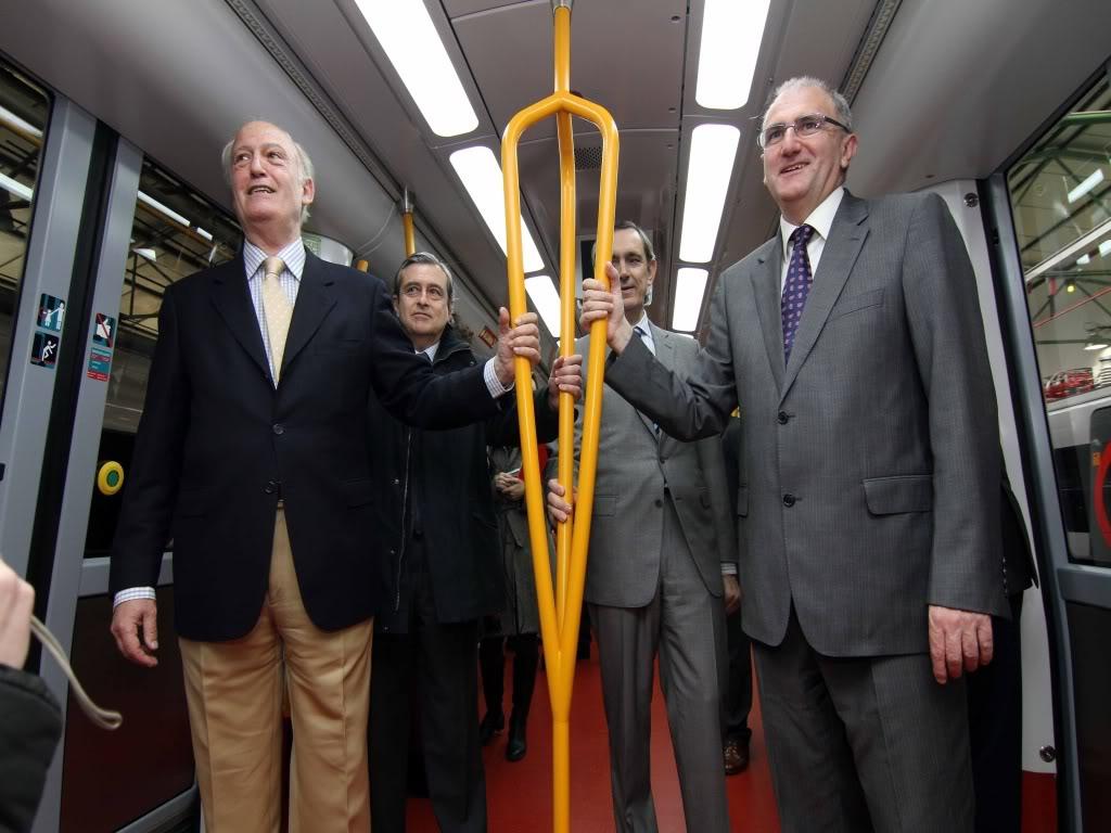 Viajeros utilizando barra de metro vertical
